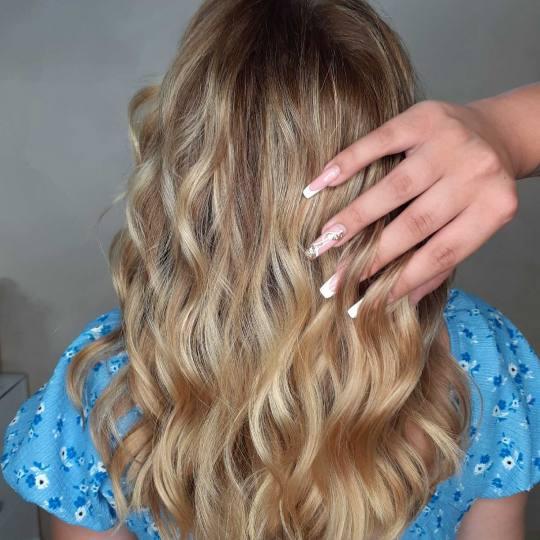 La Reina #beograd Feniranje i stilizovanje Feniranje na lokne - ekstra duga kosa