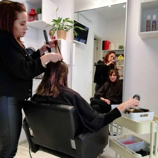 Attitude hair salon #beograd Feniranje i stilizovanje Feniranje na ravno / lokne - kosa srednje duž