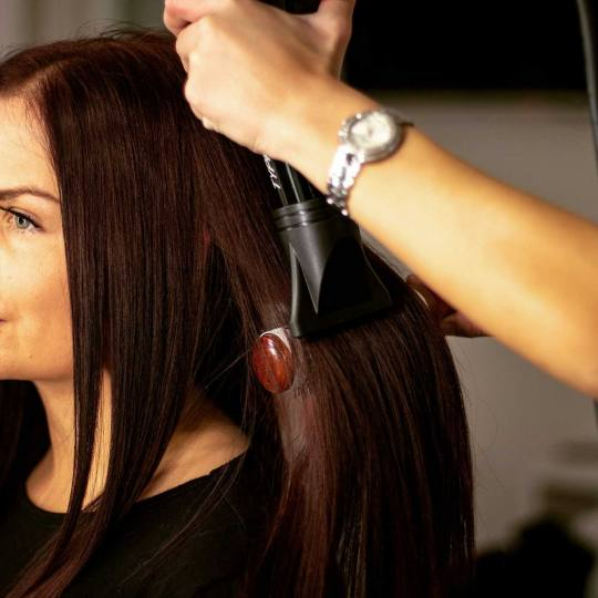 Le Salon #beograd Feniranje i stilizovanje Feniranje na lokne - kosa srednje dužine