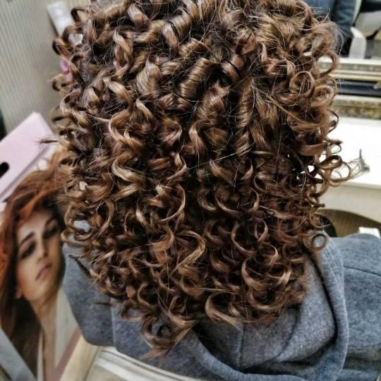 Bibi beauty centar #beograd Uvijanje, lokne i talasi Afro lokne - kosa srednje dužine afro lokne