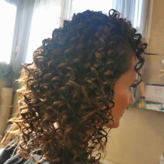 Bibi beauty centar #beograd Uvijanje, lokne i talasi Afro lokne - kosa srednje dužine afro frizura