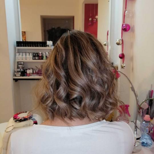 Beauty World #beograd Farbanje kose Farbanje kose srednje dužine sa feniranjem Pramenovi, šišanje
