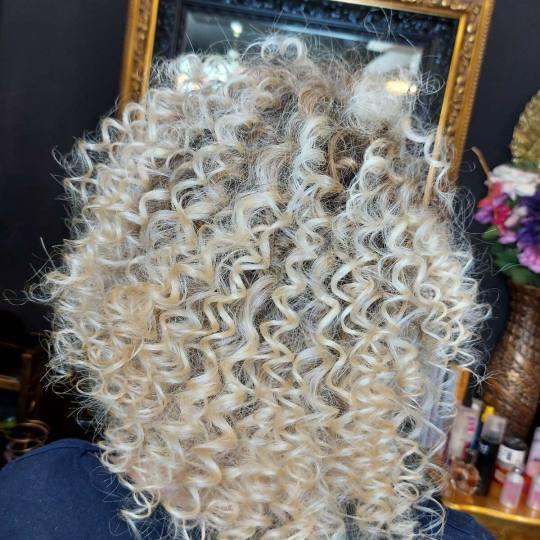 Baroque #beograd Uvijanje, lokne i talasi Afro lokne - kosa srednje dužine