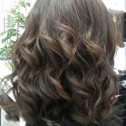 Sestro slatka #beograd Feniranje i stilizovanje Feniranje na lokne - kosa srednje dužine Feniranje